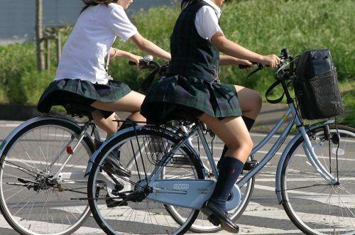 ミニスカJKが自転車に乗ってパンチラや美脚を見せつける盗撮画像 No.5