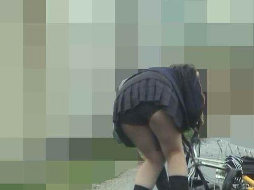 ミニスカJKが自転車に乗ってパンチラや美脚を見せつける盗撮画像 No.6