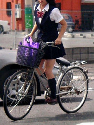 ミニスカJKが自転車に乗ってパンチラや美脚を見せつける盗撮画像 No.9