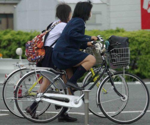 ミニスカJKが自転車に乗ってパンチラや美脚を見せつける盗撮画像 No.10