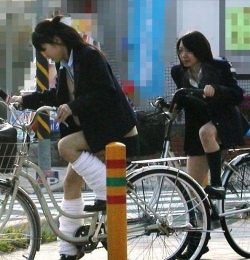 ミニスカJKが自転車に乗ってパンチラや美脚を見せつける盗撮画像 No.11