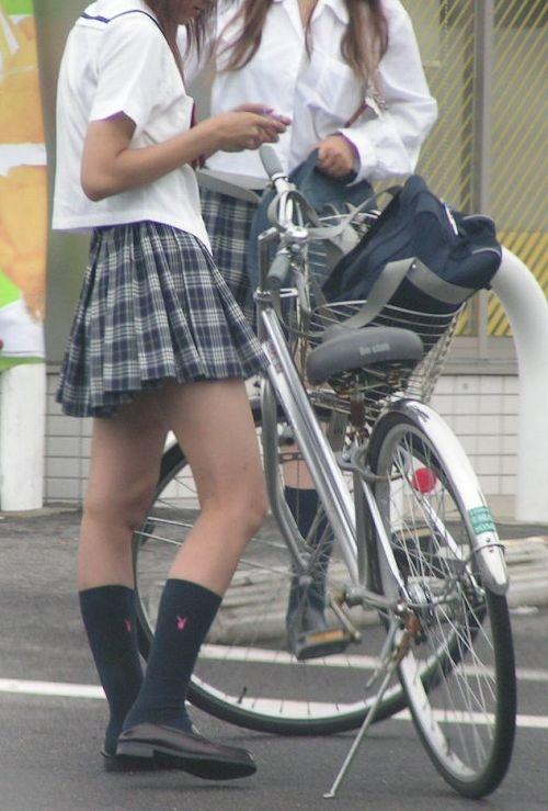 ミニスカJKが自転車に乗ってパンチラや美脚を見せつける盗撮画像 No.13