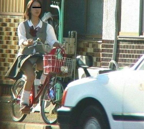 ミニスカJKが自転車に乗ってパンチラや美脚を見せつける盗撮画像 No.14