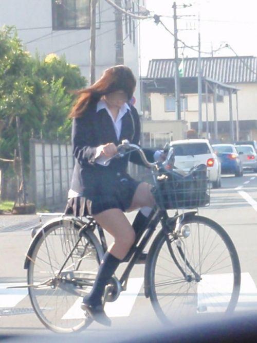 ミニスカJKが自転車に乗ってパンチラや美脚を見せつける盗撮画像 No.15
