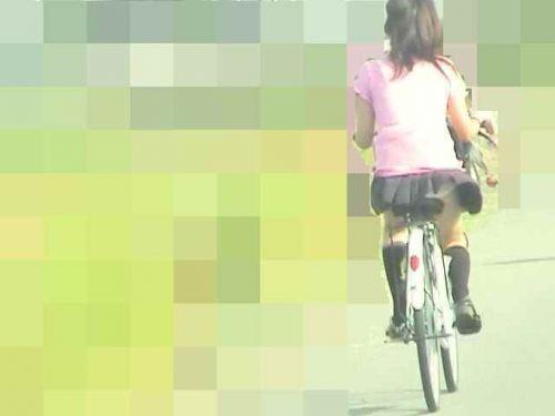 ミニスカJKが自転車に乗ってパンチラや美脚を見せつける盗撮画像 No.16