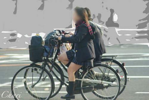 ミニスカJKが自転車に乗ってパンチラや美脚を見せつける盗撮画像 No.17