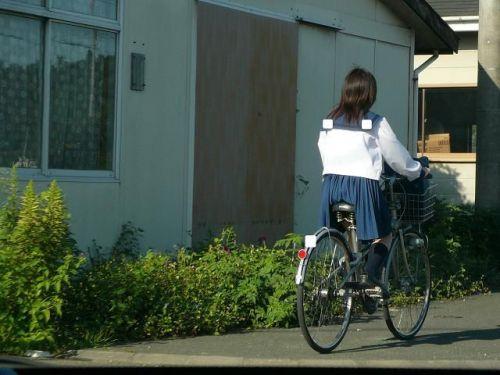 ミニスカJKが自転車に乗ってパンチラや美脚を見せつける盗撮画像 No.19