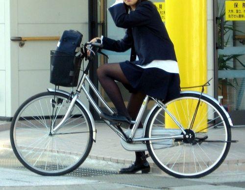 ミニスカJKが自転車に乗ってパンチラや美脚を見せつける盗撮画像 No.20