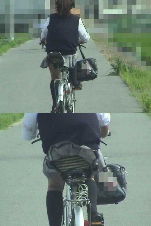 ミニスカJKが自転車に乗ってパンチラや美脚を見せつける盗撮画像 No.21