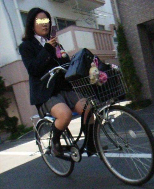 ミニスカJKが自転車に乗ってパンチラや美脚を見せつける盗撮画像 No.23