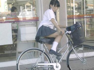 ミニスカJKが自転車に乗ってパンチラや美脚を見せつける盗撮画像 No.25