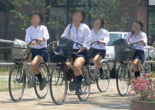 ミニスカJKが自転車に乗ってパンチラや美脚を見せつける盗撮画像 No.27