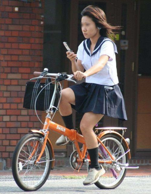 ミニスカJKが自転車に乗ってパンチラや美脚を見せつける盗撮画像 No.29