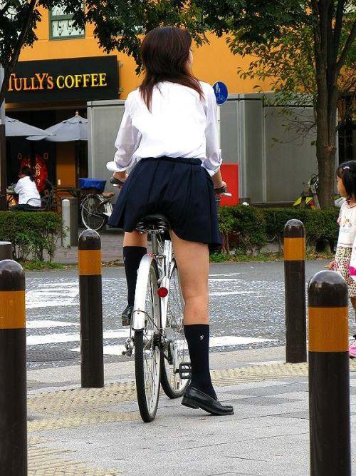 ミニスカJKが自転車に乗ってパンチラや美脚を見せつける盗撮画像 No.30