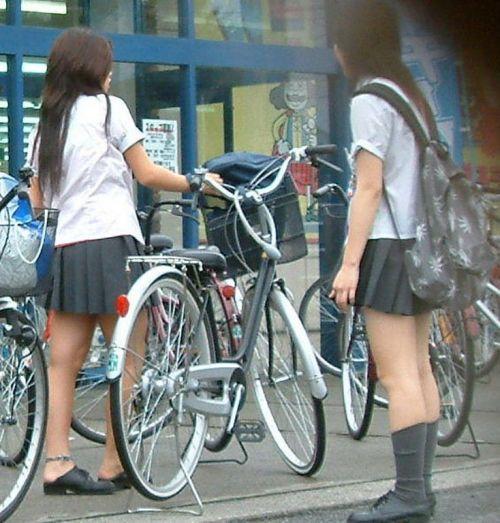 ミニスカJKが自転車に乗ってパンチラや美脚を見せつける盗撮画像 No.32