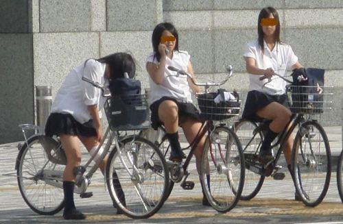 ミニスカJKが自転車に乗ってパンチラや美脚を見せつける盗撮画像 No.33