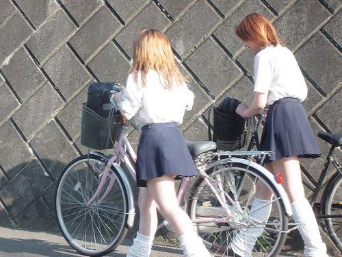 ミニスカJKが自転車に乗ってパンチラや美脚を見せつける盗撮画像 No.35