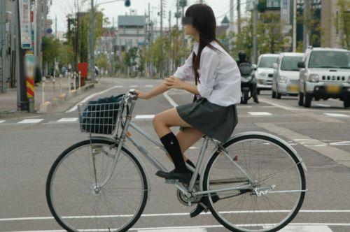 ミニスカJKが自転車に乗ってパンチラや美脚を見せつける盗撮画像 No.36