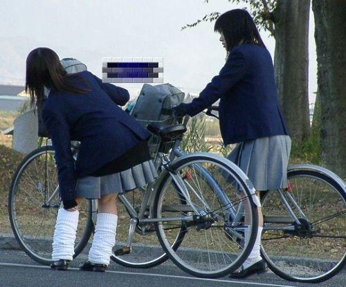 ミニスカJKが自転車に乗ってパンチラや美脚を見せつける盗撮画像 No.38