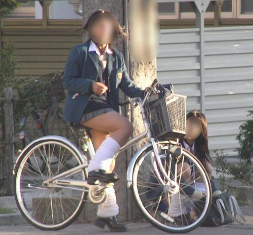 ミニスカJKが自転車に乗ってパンチラや美脚を見せつける盗撮画像 No.39