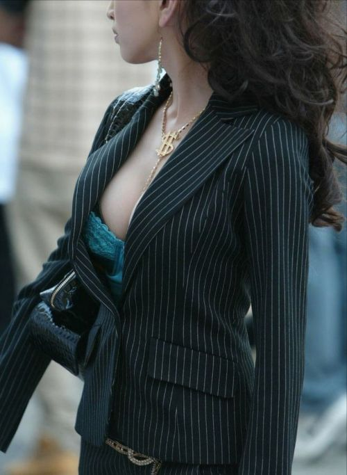胸元が開いてる素人女性を盗撮した胸チラ画像いっぱい見ちゃう? 35枚 No.3