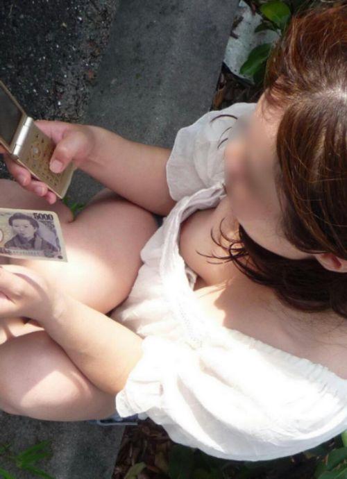 胸元が開いてる素人女性を盗撮した胸チラ画像いっぱい見ちゃう? 35枚 No.7