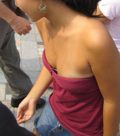胸元が開いてる素人女性を盗撮した胸チラ画像いっぱい見ちゃう? 35枚 No.8