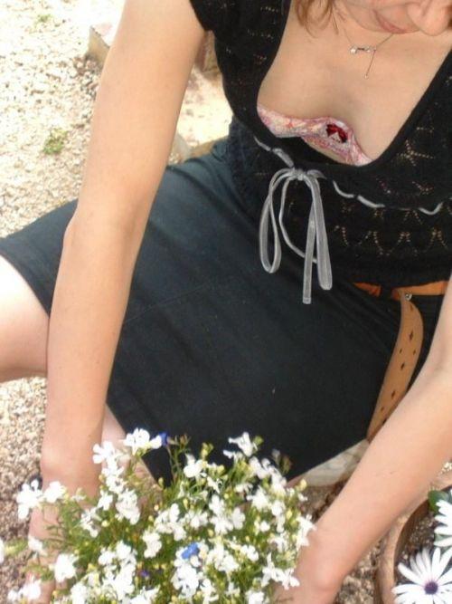 胸元が開いてる素人女性を盗撮した胸チラ画像いっぱい見ちゃう? 35枚 No.9