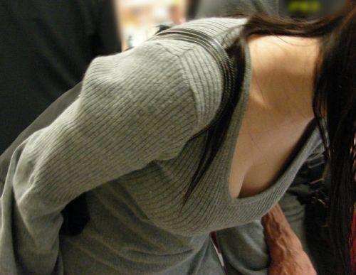胸元が開いてる素人女性を盗撮した胸チラ画像いっぱい見ちゃう? 35枚 No.21