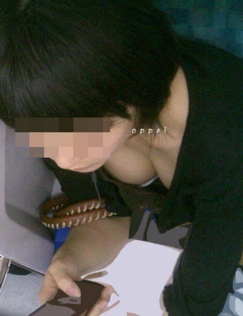 胸元が開いてる素人女性を盗撮した胸チラ画像いっぱい見ちゃう? 35枚 No.23