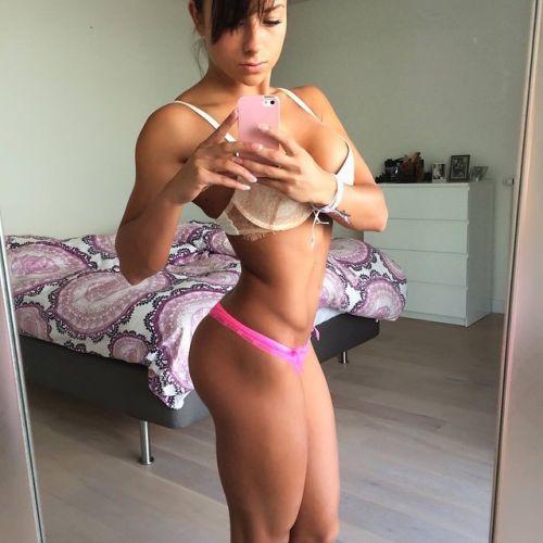【画像】自分の筋肉の美しさを自撮りしちゃう外人女性達! 37枚 No.17