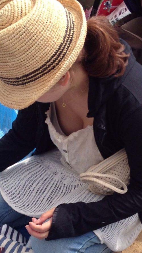 前屈みで激エロに胸チラになっちゃってるお姉さんのエロ画像 No.7