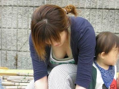 前屈みで激エロに胸チラになっちゃってるお姉さんのエロ画像 No.9