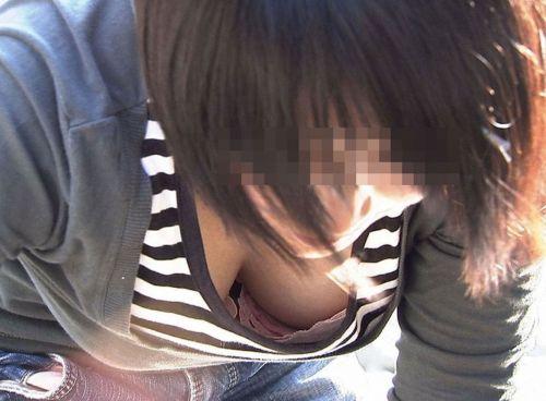 前屈みで激エロに胸チラになっちゃってるお姉さんのエロ画像 No.15