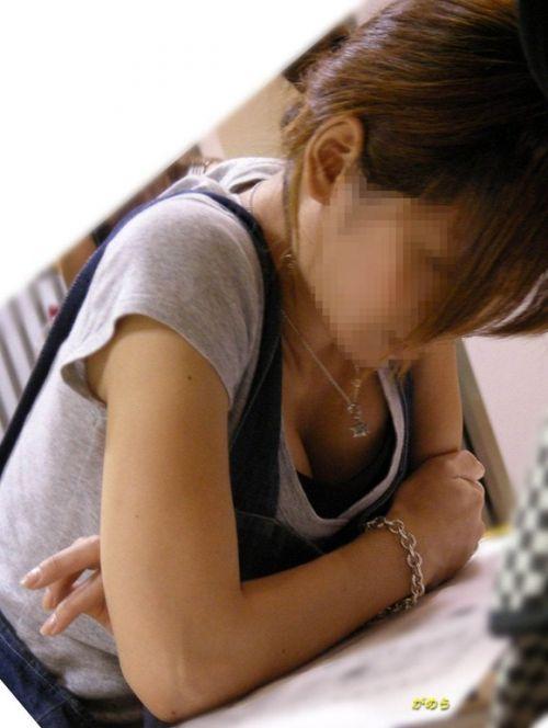 前屈みで激エロに胸チラになっちゃってるお姉さんのエロ画像 No.17