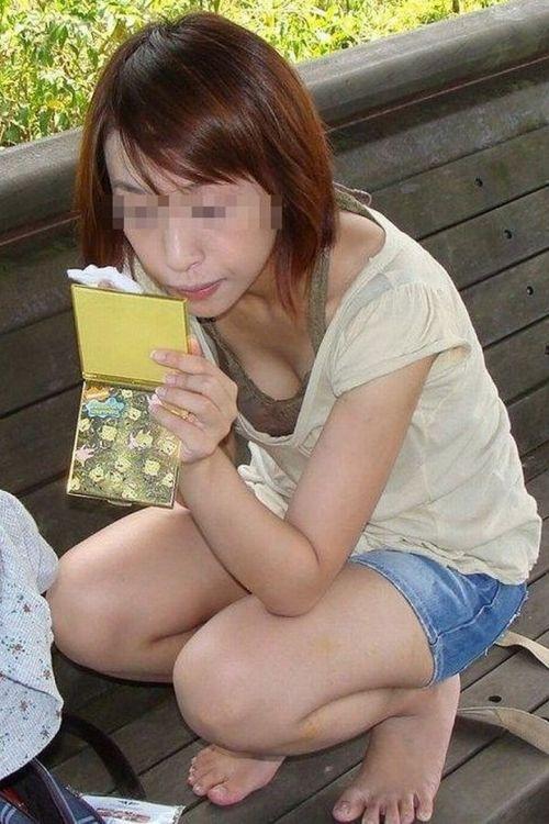前屈みで激エロに胸チラになっちゃってるお姉さんのエロ画像 No.23