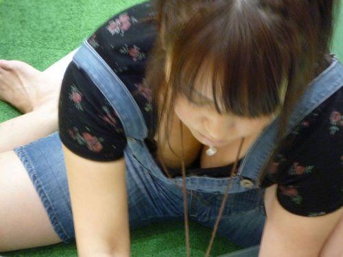 前屈みで激エロに胸チラになっちゃってるお姉さんのエロ画像 No.31