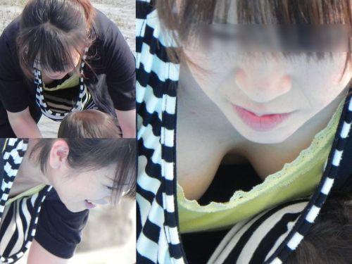 前屈みで激エロに胸チラになっちゃってるお姉さんのエロ画像 No.33