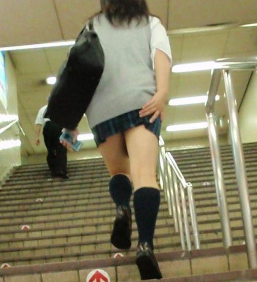 ミニスカJKのムッチリお尻を斜め下から盗撮したエロ画像 No.28