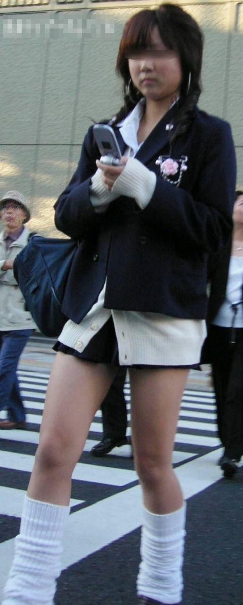 JKがミニスカたくし上げて見せる美脚太ももに勃起しちゃうエロ画像 No.26