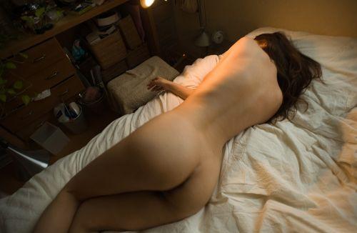 寝てる女の子のお尻が丸出しだったので盗撮した結果www 32枚 No.13