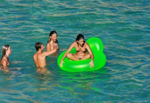 みんなで全裸になれば怖くない外国人ヌーディストビーチのエロ画像 No.5