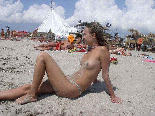 みんなで全裸になれば怖くない外国人ヌーディストビーチのエロ画像 No.11