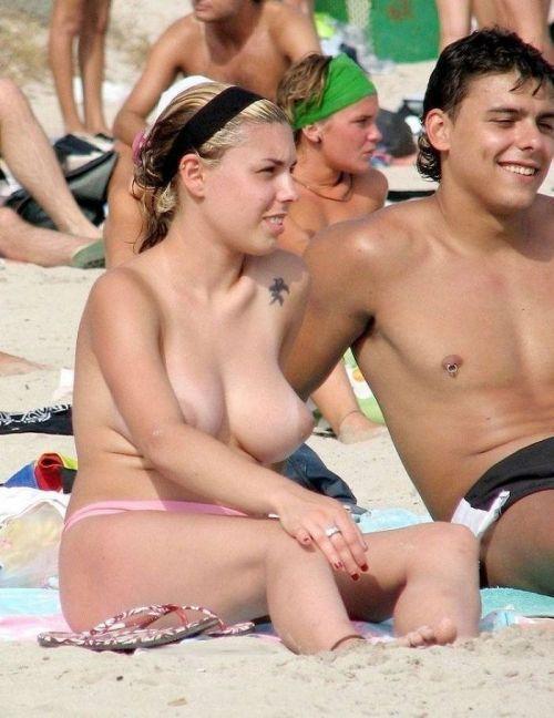 みんなで全裸になれば怖くない外国人ヌーディストビーチのエロ画像 No.16