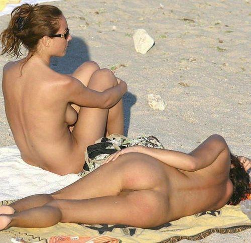 みんなで全裸になれば怖くない外国人ヌーディストビーチのエロ画像 No.20