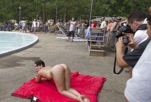 みんなで全裸になれば怖くない外国人ヌーディストビーチのエロ画像 No.21