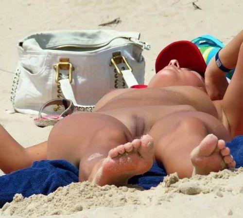 みんなで全裸になれば怖くない外国人ヌーディストビーチのエロ画像 No.25