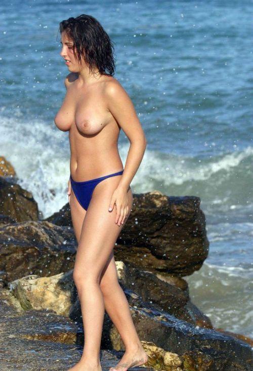 みんなで全裸になれば怖くない外国人ヌーディストビーチのエロ画像 No.29