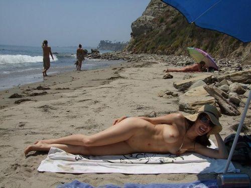 みんなで全裸になれば怖くない外国人ヌーディストビーチのエロ画像 No.33