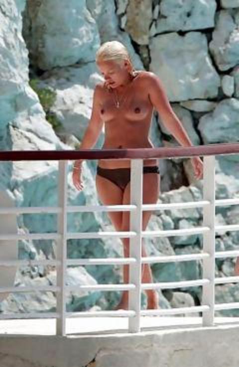 みんなで全裸になれば怖くない外国人ヌーディストビーチのエロ画像 No.34